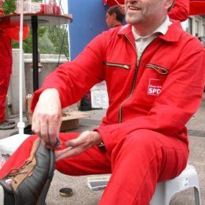 Bernhard Hadel beim Schuheputzen