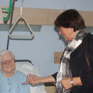 Ulla Schmidt im Gespräch mit einer Patientin im Bedburger Krankenhaus