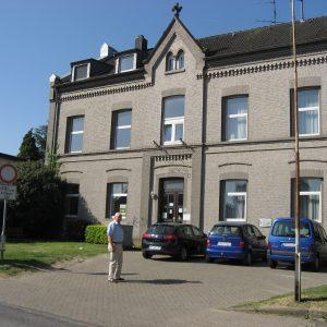 Die alte Schule in Lipp mit Ortsbürgermeister Helmut Breuer