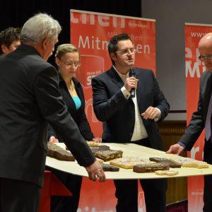 Sascha Solbach vereint symbolisch die Ortsteile von Bedburg