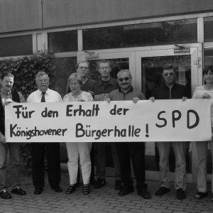 Protest für den Erhalt der Bürgerhalle Königshoven