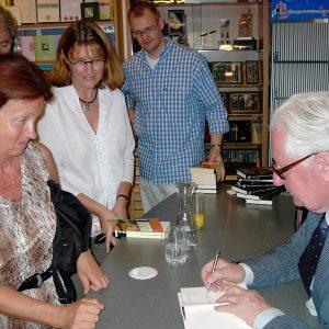 Hans Jochen Vogel besucht die Buchhandlung Neunzig