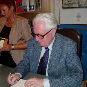 Hans-Jochen Vogel in der Bedburger Buchhandlung Neunzig