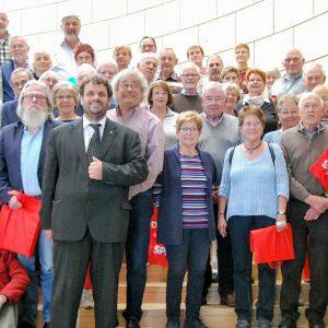 Guido van den Berg mit Heinz Obergünner und Mitgliedern des Bedburger Geschichtsvereins
