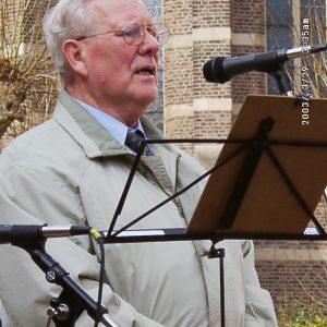 Altbürgermeister Hans Schmitz spricht auf der Friedensdemo